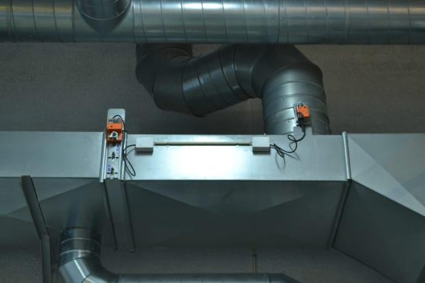 Ventilationsanlæg med spjæld og automatik